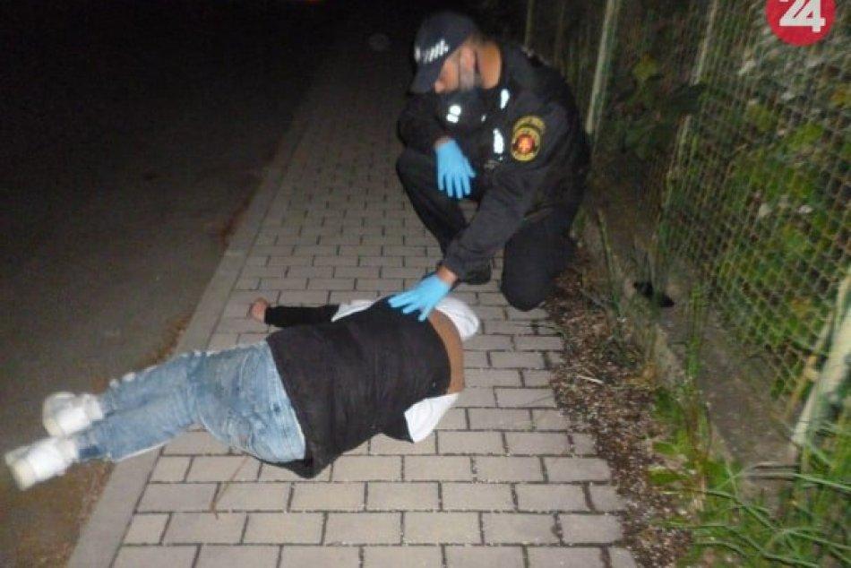 V OBRAZOCH: Mestskí policajti vo Zvolene ratovali mladého muža