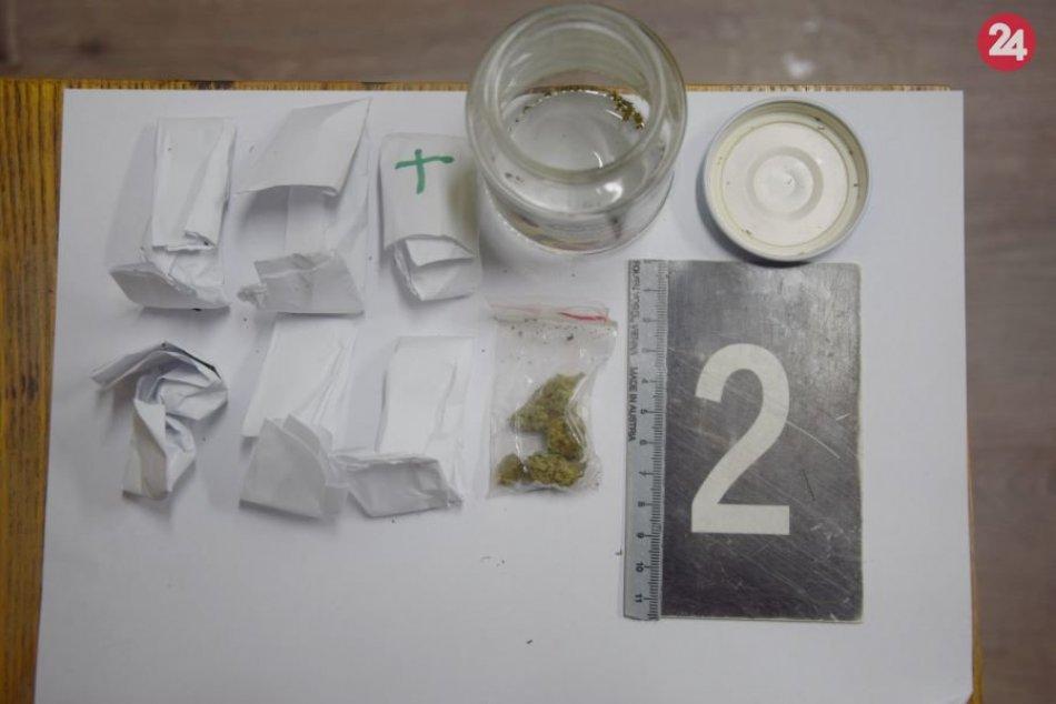 Policajti načapali mladíkov s marihuanou