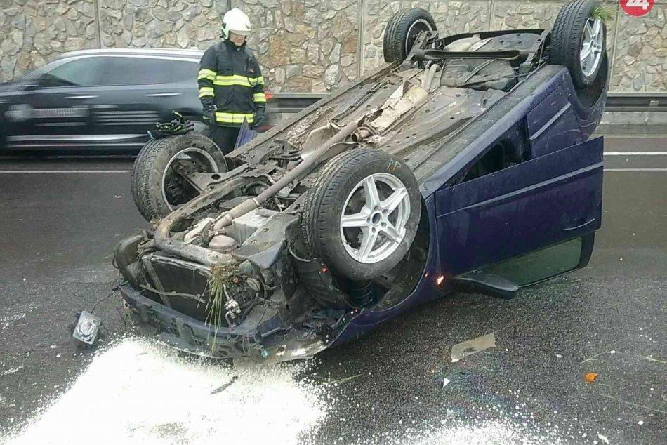 OBRAZOM: Na diaľnici D1 pri Zamarovciach sa automobil prevrátil na strechu