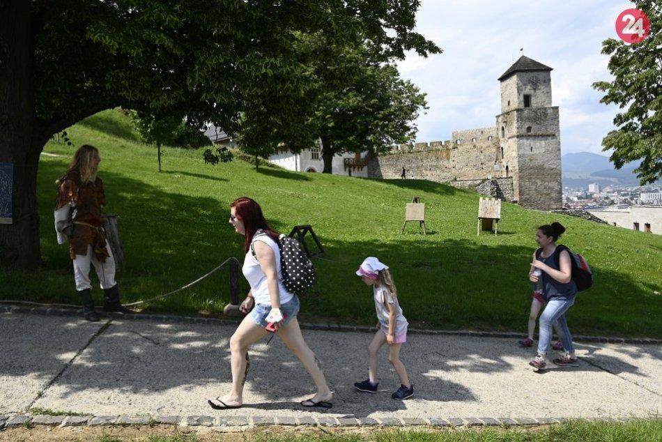 FOTO: Návštevníkov na Trenčiansky hrad prilákali sokoliari aj strašidlá