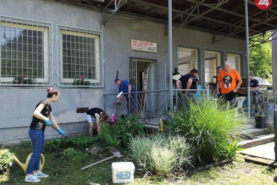 Dobrovoľníci v Tisovci renovujú pred jazdami Zbojníckeho expresu múzeum zubačky