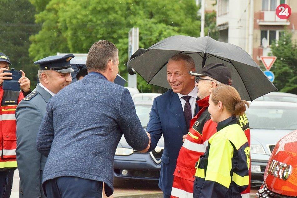 V OBRAZOCH: V BBSK si nové vozidlá prevzali zástupcovia 19 miest a obcí