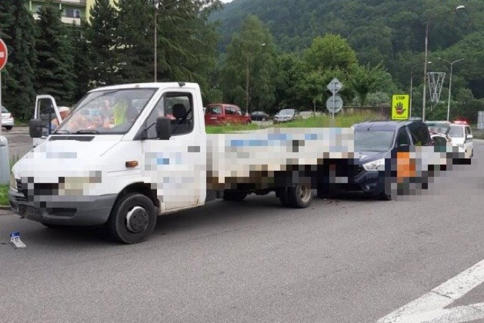 V OBRAZOCH: Kolízia áut na zjazde z R1 v Bystrici
