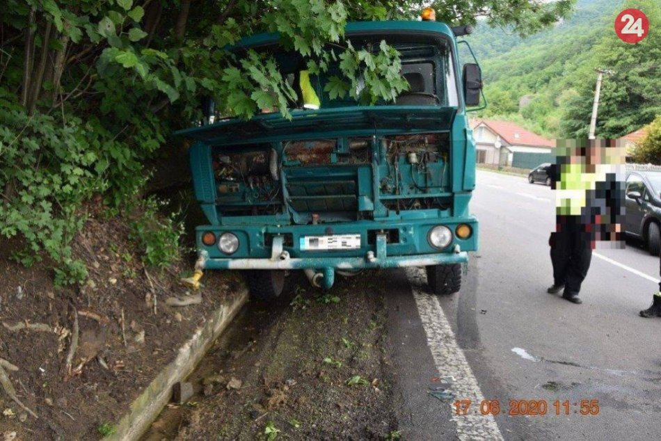 V OBRAZOCH: Nehodu 3 áut pri Bystrici zapríčinil smäd jedného z vodičov