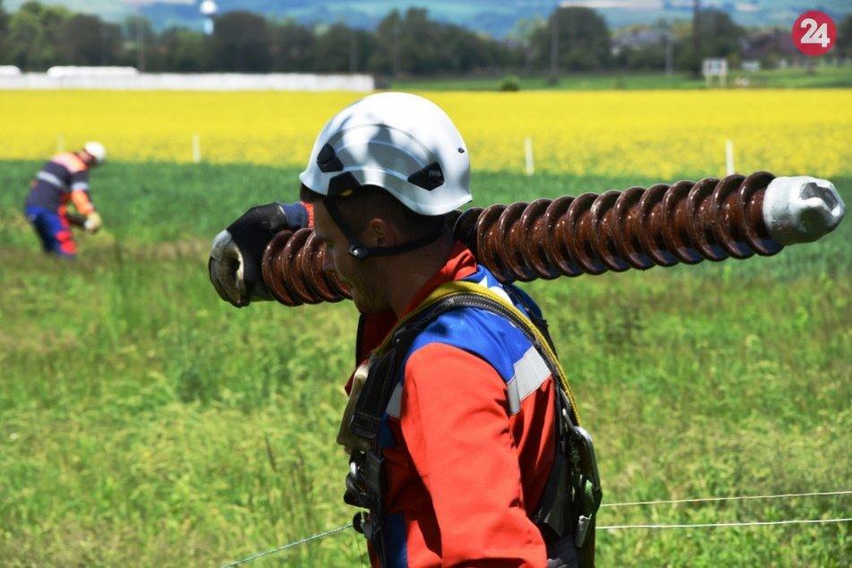 FOTO z elektrických prebiehajúcich prác medzi Považskou Bystricou a Dubnicou