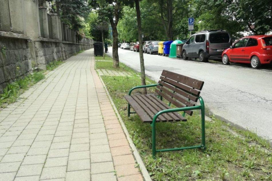 V OBRAZOCH: Nové lavičky na Bakossovej ulici