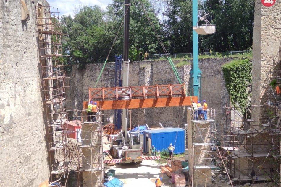 FOTO: Začala inštalácia hradného mosta a lávky