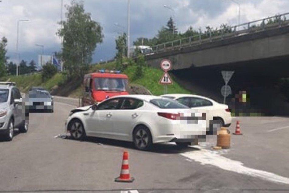 V OBRAZOCH: Zábery z nehody na privádzači na R1 z Tajovského ulice