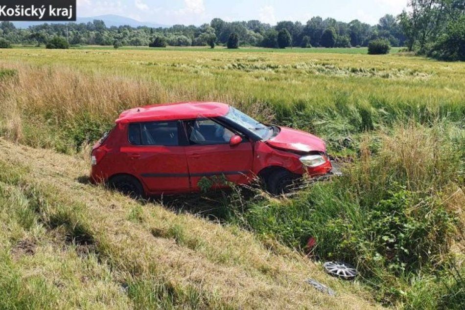 OBRAZOM: Na Zemplíne došlo k dopravnej nehode, vodička skončila v poli