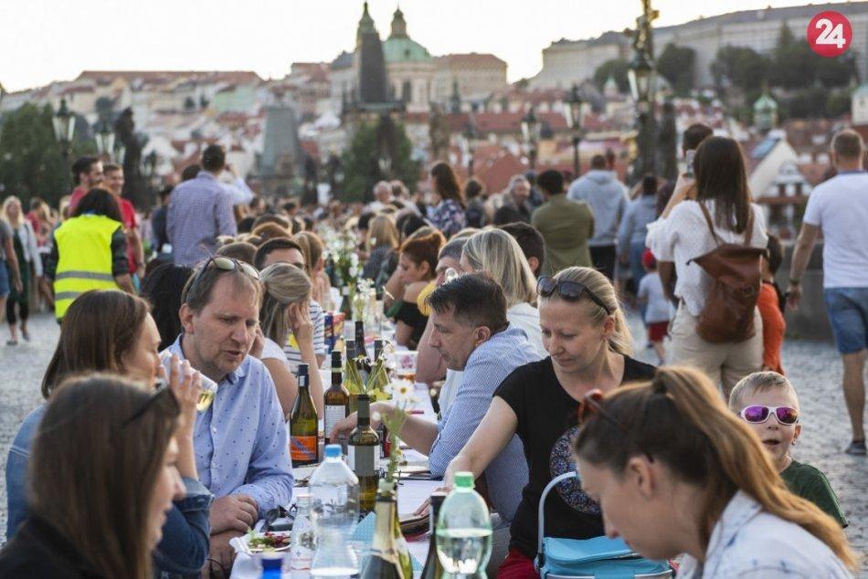 Na Karlovom moste sa s koronakrízou lúčili večerou pri polkilometrovom stole