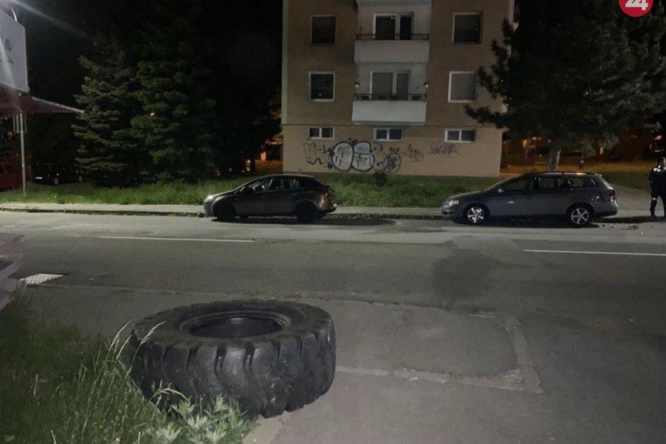 V OBRAZOCH: Pneumatika z traktora vo Zvolene poškodila dve autá