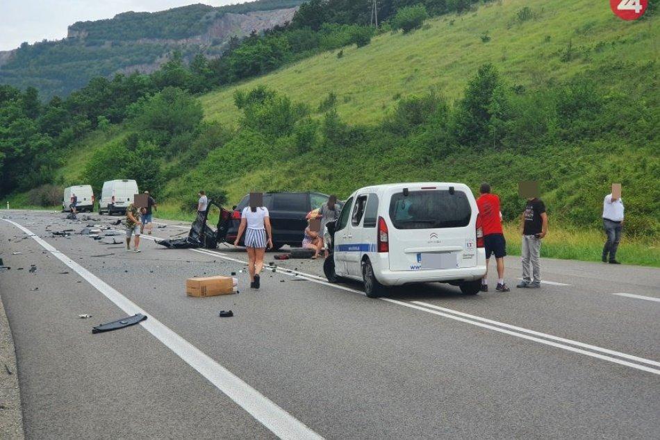 Obrazom: Dopravná nehoda pri Slavci, zrazilo sa 6 vozidiel