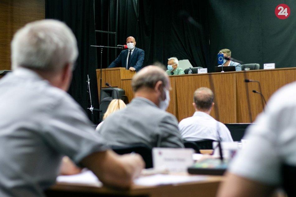 V OBRAZOCH: Minister obrany prijal pozvanie na krajské zastupiteľstvo