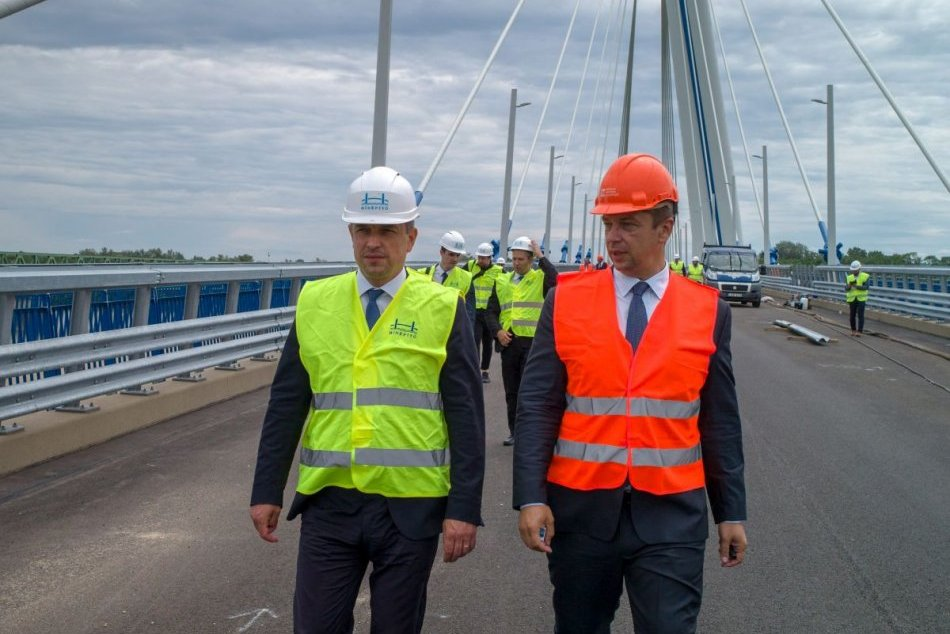 Most medzi Komárnom a maďarským Komáromom