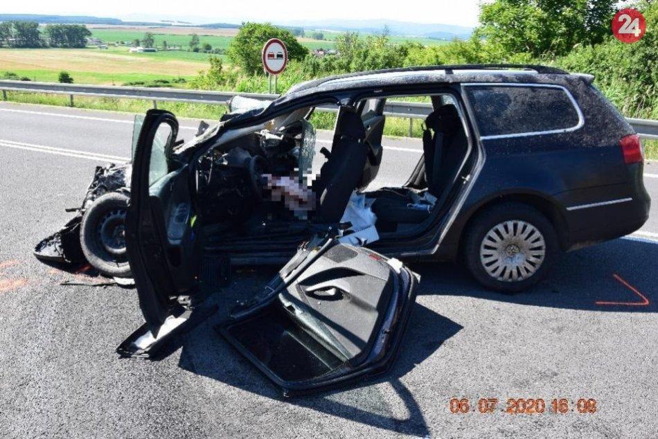 V OBRAZOCH: Čelná zrážka na juhu Slovenska, vodič je vážne zranený