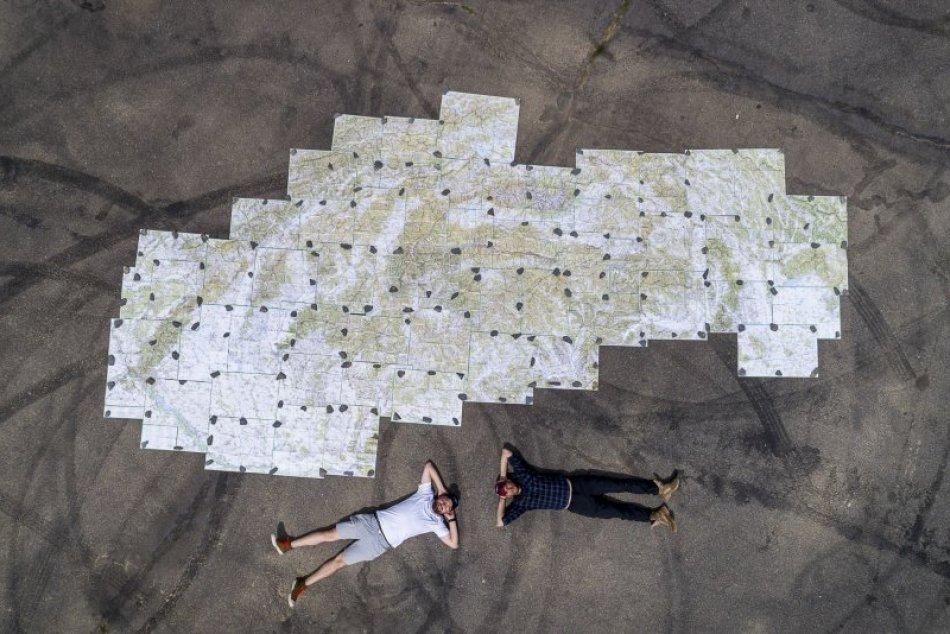 V OBRAZOCH: Na letisku vytvorili netradičnú 8,5 metra dlhú mapu Slovenska