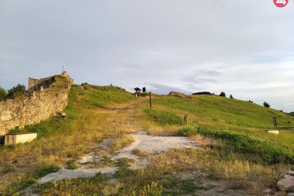 V OBRAZOCH: Krásy Pustého hradu pri západe slnka