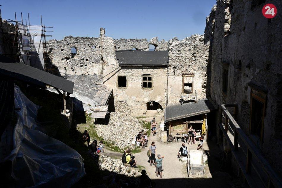 OBRAZOM: Na hrade Uhrovec dokončili obnovu hospodárskej budovy