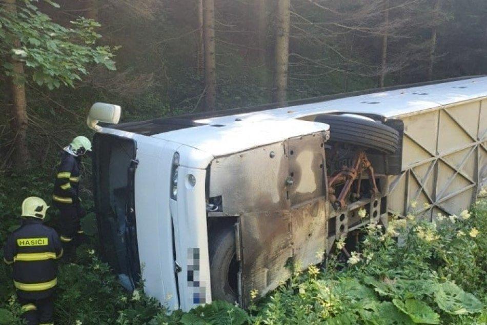 V OBRAZOCH: Na Donovaloch sa prevrátil autobus