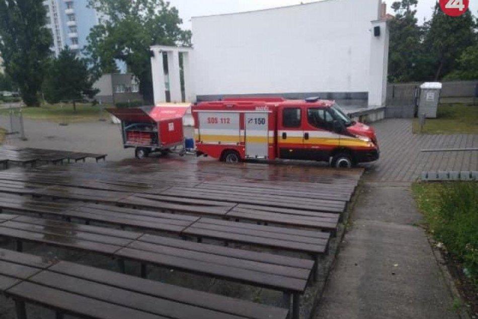 Dobrovoľní hasiči vydezinfikovali amfiteáter