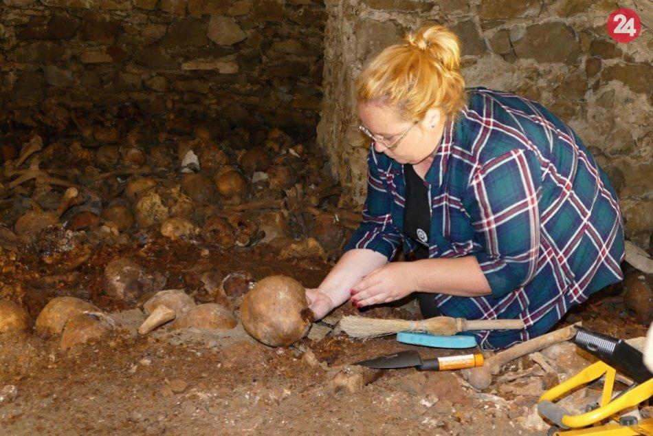 OBRAZOM: Pri rekonštrukcii žilinskej katedrály našli kryptu s pozostatkami