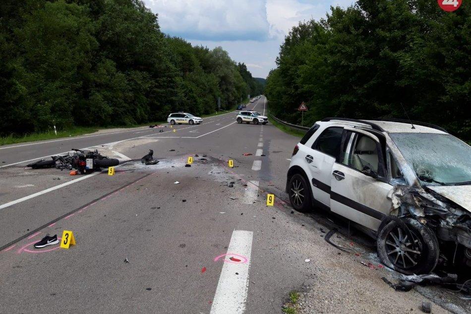 FOTO: Pri zrážke auta a motorky zahynuli dvaja ľudia