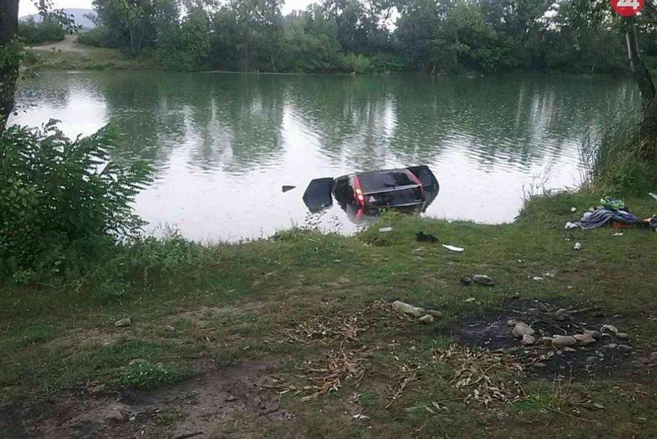 FOTO: Hasiči z Nového Mesta nad Váhom a Trenčína vyťahovali auto z jazera