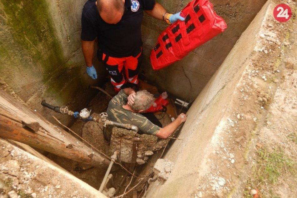 Vyslobodzovali muža, ktorý padol do šachty