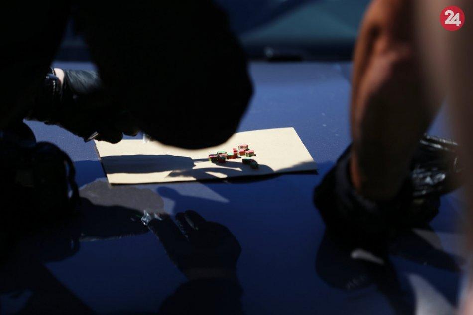 V OBRAZOCH: Policajti v aute pri Žiari zaistili drogy