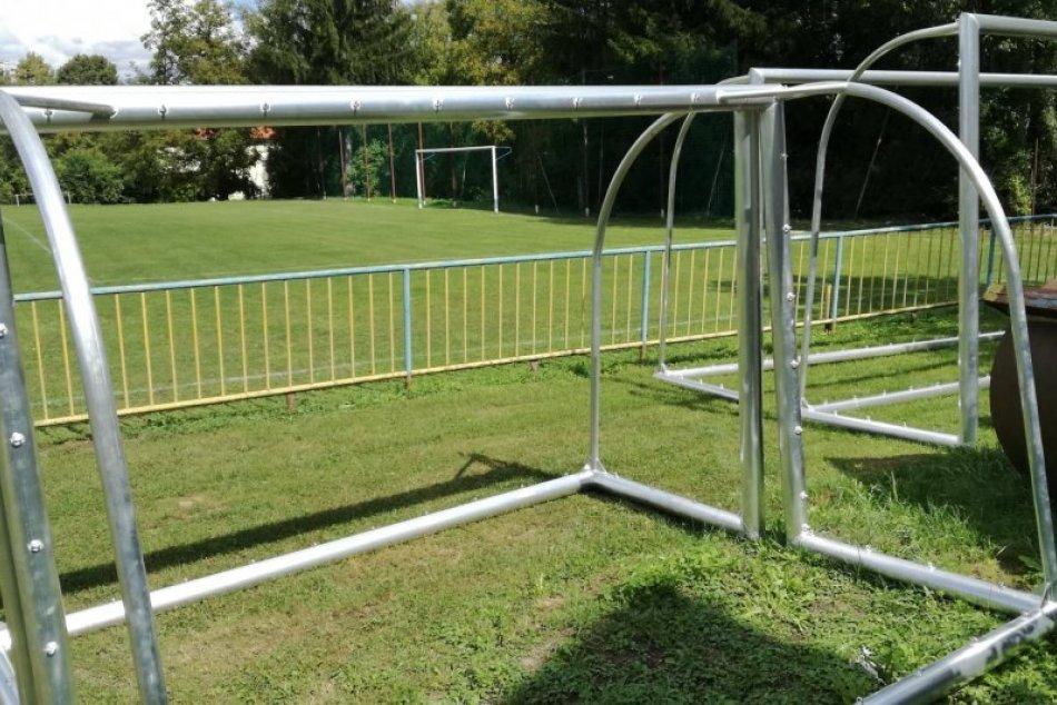V OBRAZOCH: Nové prenosné futbalové bránky na ihrisku v Sásovej