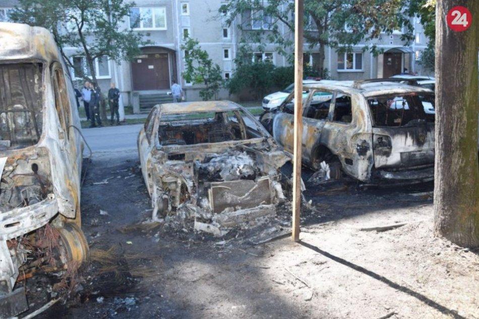 Nočný požiar áut v Komárne