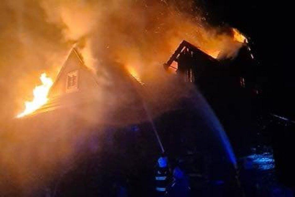 FOTO: Hasiči zasahujú pri požiari drevenej chaty v obci Ždiar