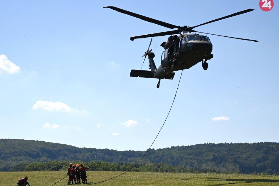 Obrazom: Na Domaši prebiehal cvičný zásah hasičov s vrtuľníkom