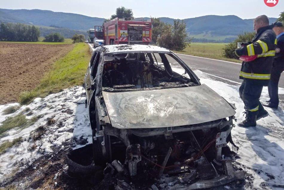 Obrazom: Vozidlo zhorelo do tla
