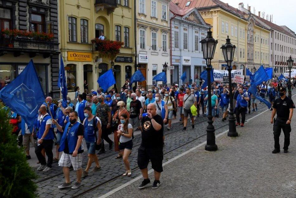 Nahnevaní odborári v uliciach Košíc