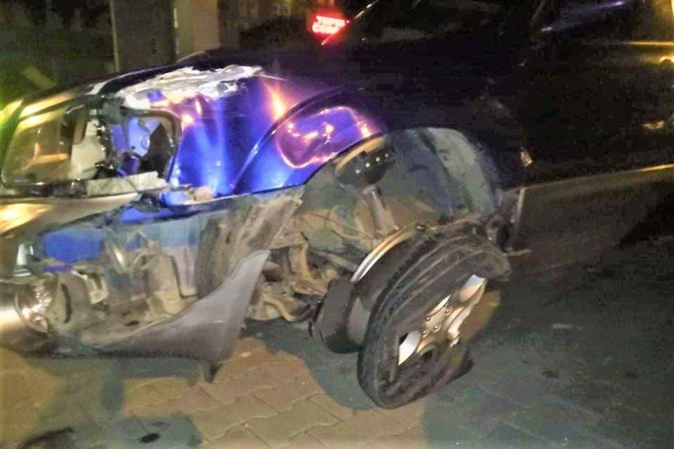 FOTO z nehody v centre Považskej Bystrice: Takto dopadol náraz do značky
