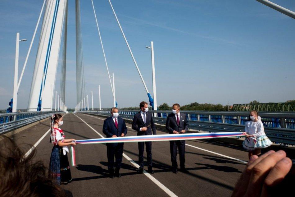 Otvorili most medzi Komárnom a Komáromom