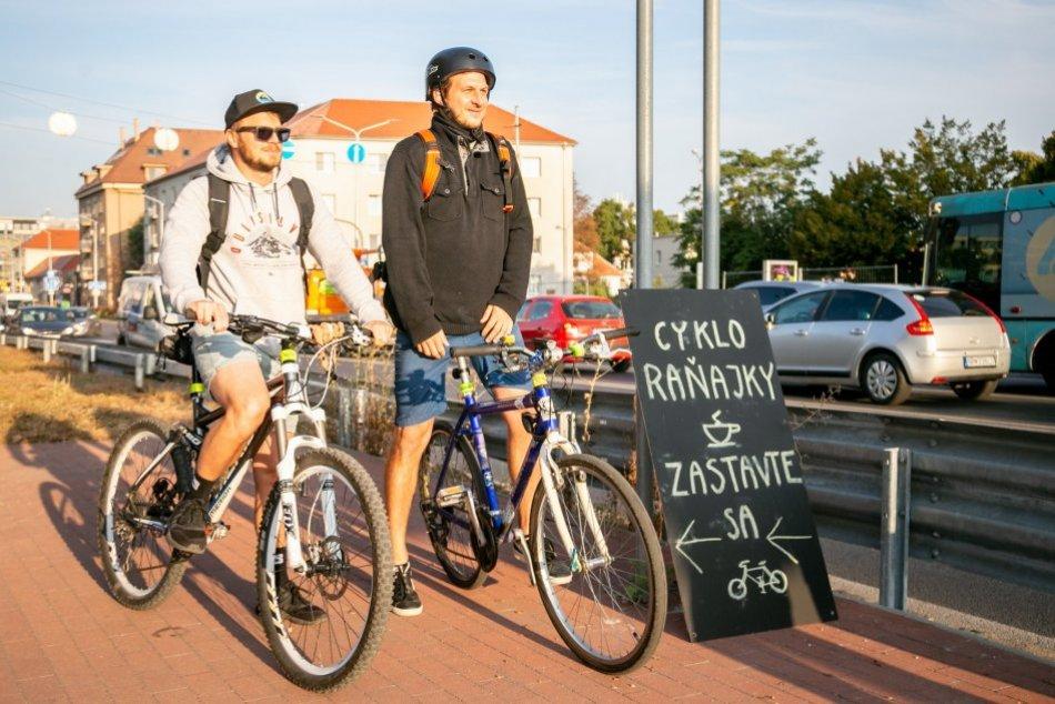 Vytiahnuť bicykel sa im oplatilo: Cestou mestom čakali cyklistov chutné raňajky
