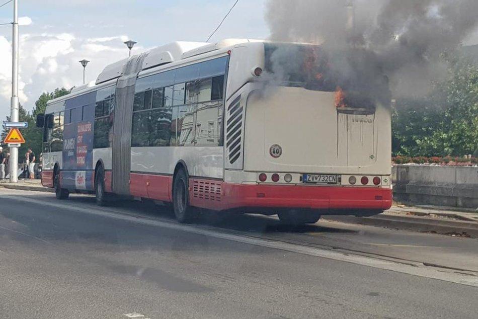 V OBRAZOCH: V Bystrici horí autobus MHD