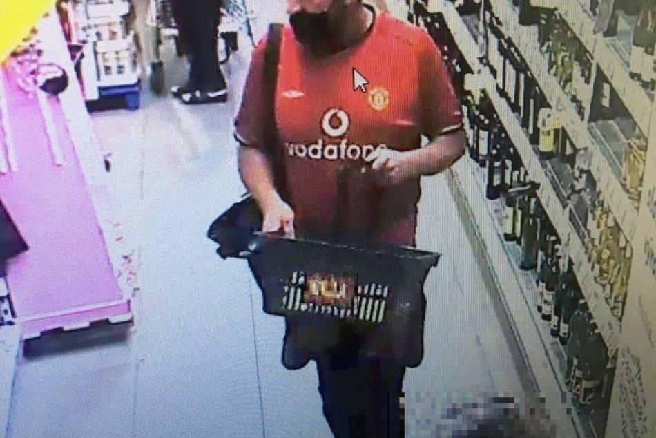 Polícia hľadá tohto muža z bystrických potravín