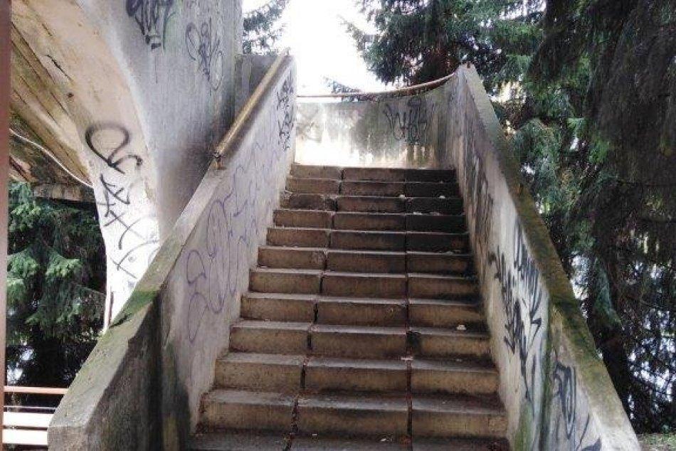 V OBRAZOCH: Mesto rieši havarijný stav schodiska a bezbariérovej rampy