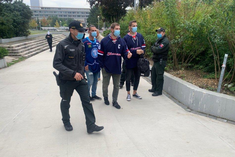 Protest hokejistov pred úradom vlády