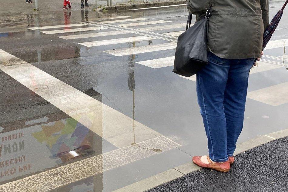 OBRAZOM: Hlavná križovatka v Považskej zažila potopu, vpust následne prečistili