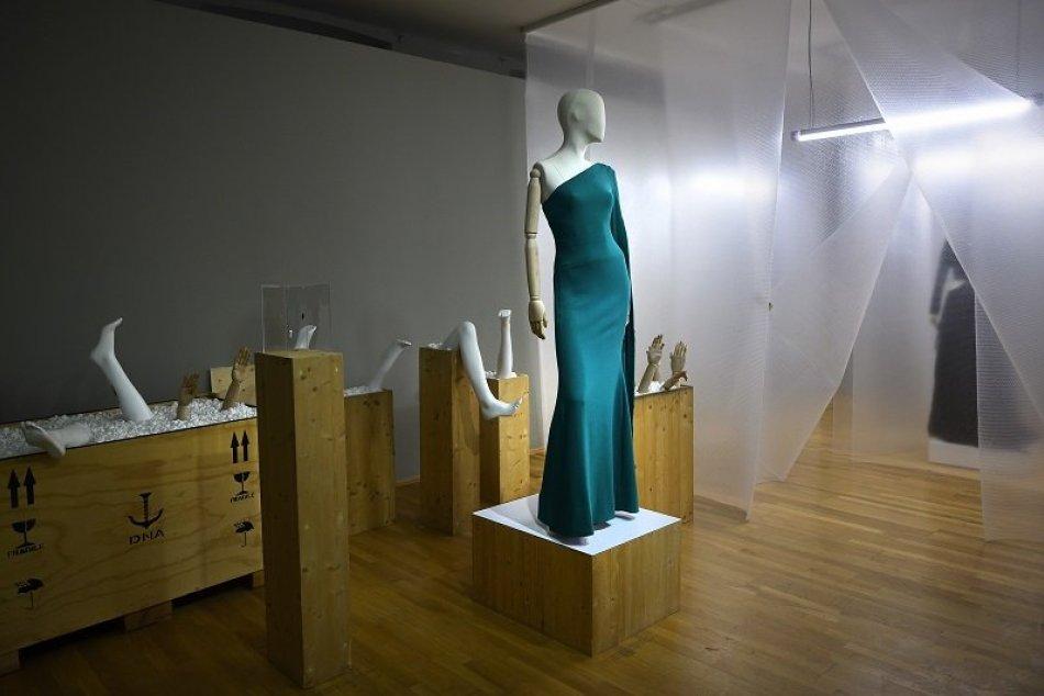 """Výstava """"Ó, šaty"""" v SNG"""
