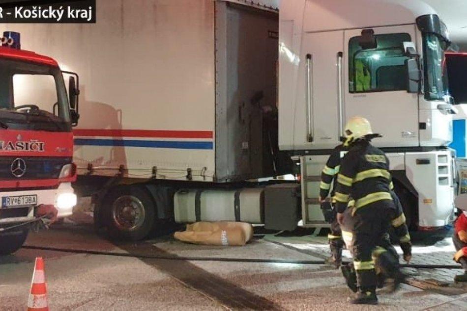 Obrazom: Kamionista to neodhadol a napálil rovno do benzínky v Rožňave