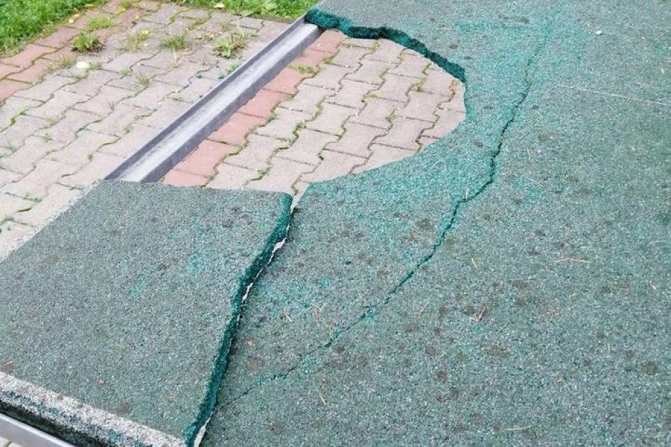 V OBRAZOCH: Vyčíňanie vandalov na bystrických ihriskách