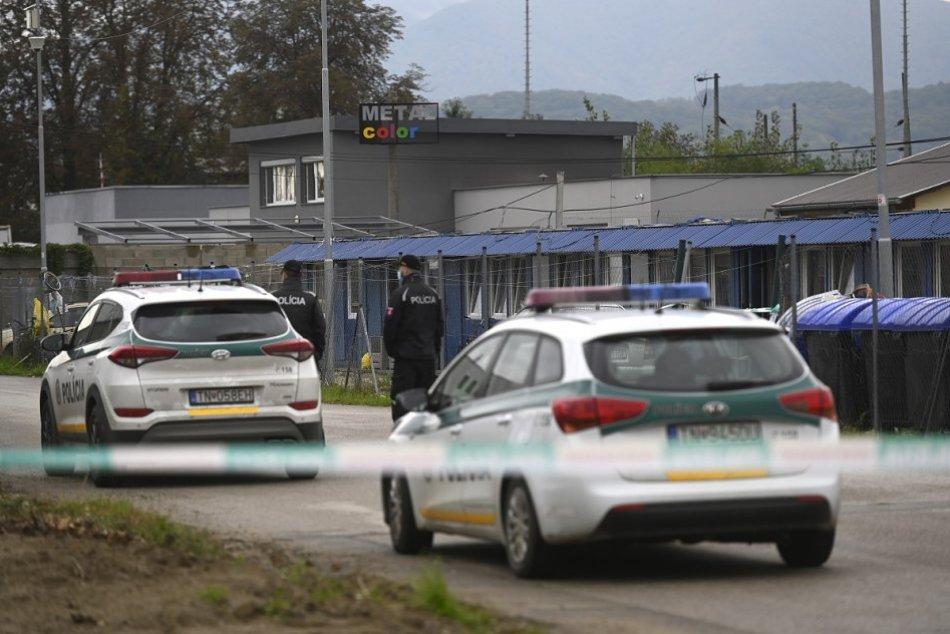 Karanténa: Polícia stráži areál s unimobunkami na Kasárenskej ulici v Trenčíne