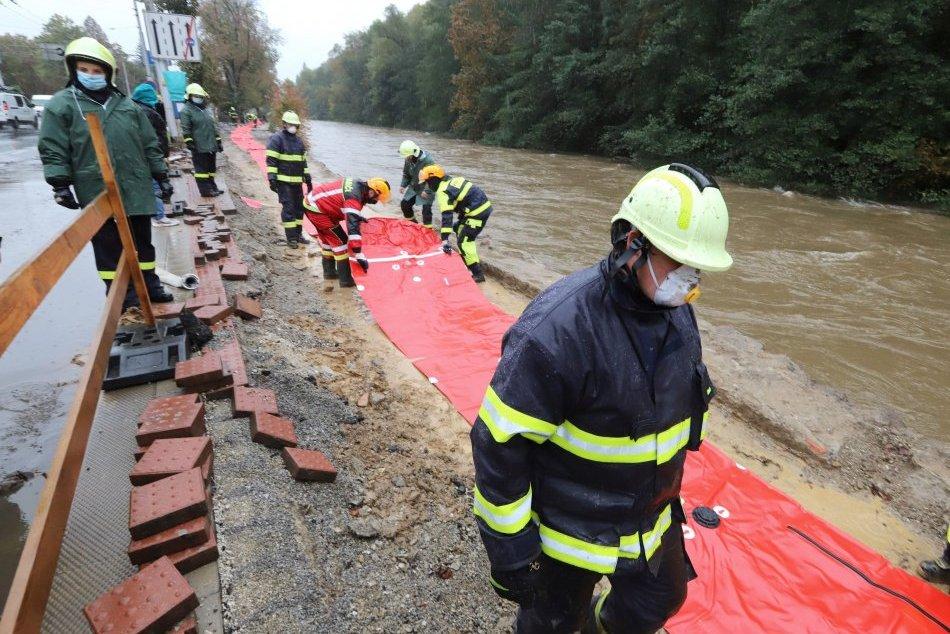 V OBRAZOCH: Hladina rieky Hron v Banskej Bystrici nebezpečne stúpa
