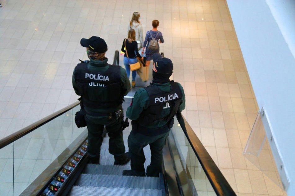 V OBRAZOCH: Kontrola dodržiavania opatrení v bystrickom nákupnom centre