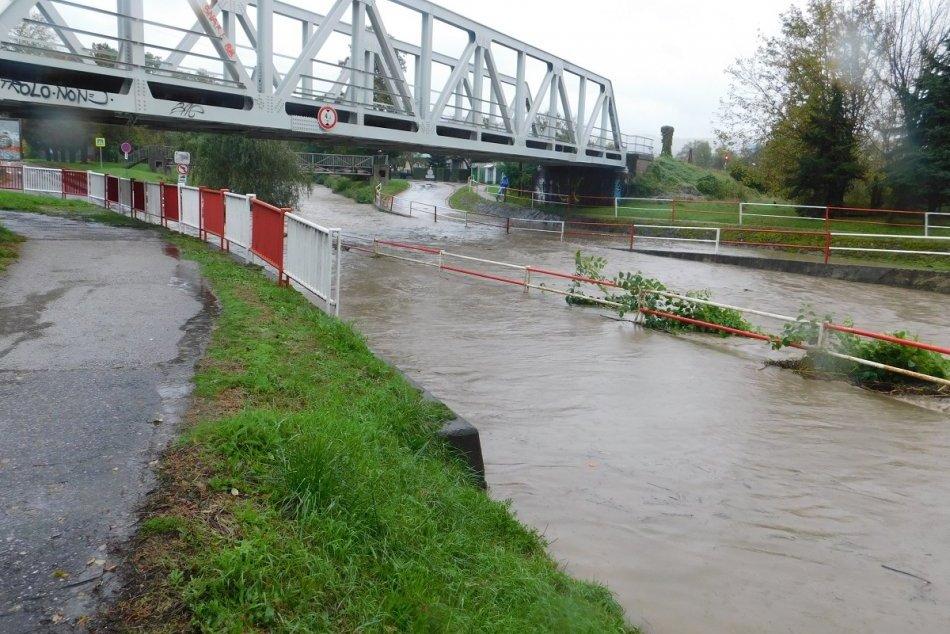 OBRAZOM: Zaplavená cesta v Prievidzi, situácia v Lehote pod Vtáčnikom